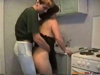 Mam geneukt in haar keuken