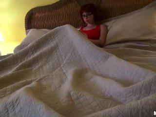 Roodharige chick zoey nixon in bril rides een lul video-