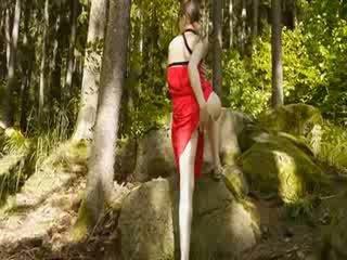 Kaca penggetar di dia girly alat kelamin wanita di hutan