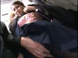 Innocent краля обмацана для оргазм на a автобус