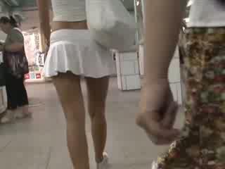 Blond sa kaakit-akit outfit waving nadambong bista mula sa ilalim ng palda