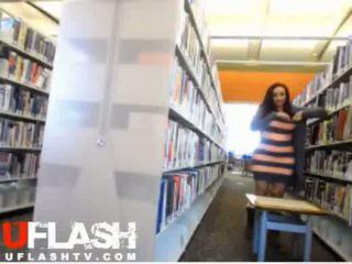Kails uz publisks bibliotēka amatieri pusaudze vebkāmera flashing