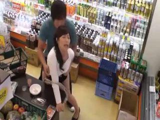 Quoi est la nom de la dernier fille? chaud asiatique ado public amateur sexe en magasin