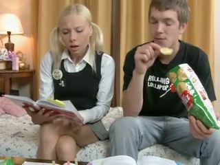 Willing adoleshent accepts një kokosh