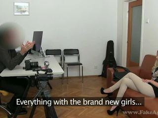 Mỏng cô gái tóc vàng julia enjoys cô ấy khiêu dâm tryout