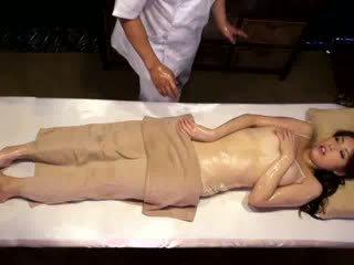 كلية فتاة reluctant النشوة بواسطة masseur