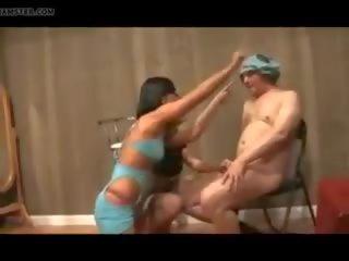 Two dāmas plays ar neglītas vīrietis, bezmaksas striptease porno video