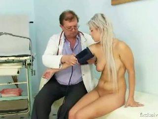 Exclusief club: tiener meisje sabina visiting haar oud gyno dokter naar hebben nauw poesje examined
