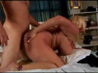 Mooi groot tieten blondine oud spunker enjoys een sticky facial cumshot