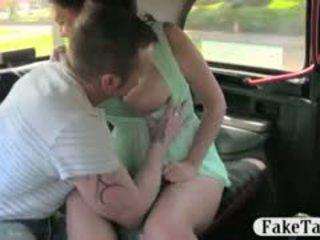Krūtainas palaistuve un boyfriend uzbudinātas uz the aizmugurējais sēdeklis no a taxi