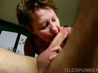 Super schattig ouder dame loves naar zuigen lul en eten sperma