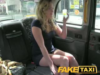 Faketaxi geil jong tiener takes op oud lul