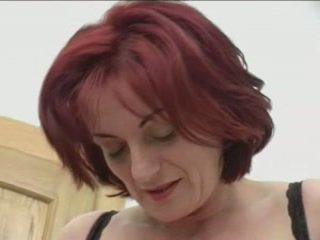 Roodharige granny-beauty anaal op stairs