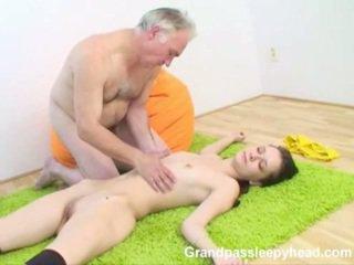 Grandad has seks adoleshent sleepyhead dhe spunks onto të saj