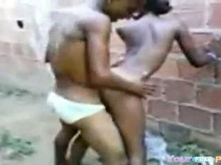 2 africanos fodendo un garota em um beco