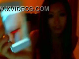 Asiática gaja strips em tanga