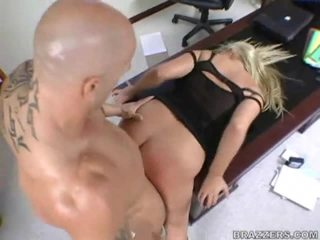 Abbey brooks bent over de bureau & geneukt