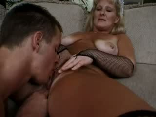 Rallig housekeeper cleans puppe hunk's shaft