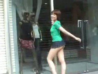 مفلس hoe في mini تنورة في جمهور