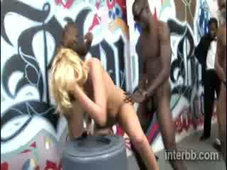 Extremely прекрасний ціпонька блондин проститутка katie summers gets gangbanged