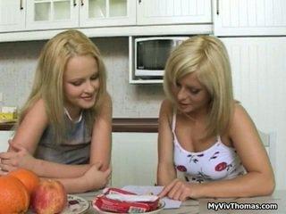 Uzbudinātas astonishing blondīne lesbiete babes skūpstošie