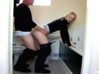 Badrum i och dotter pappa
