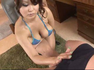 Busty á châu trong blue bikini blows một con gà trống