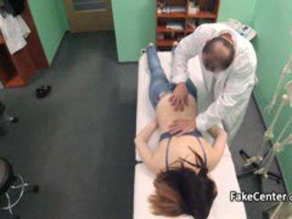 Tiener got massage en groot lul in kantoor