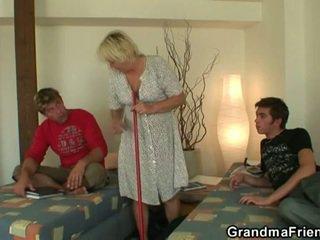 Nadržané násťročné roommate fucks príťažlivé babka