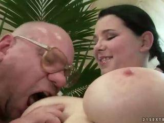 Šťastný starý otec jebanie s prsnaté násťročné