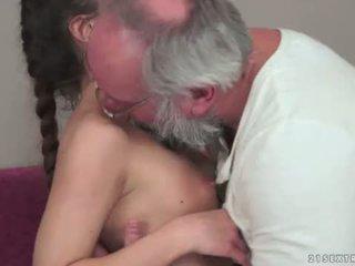 Teenie anita bellini gets körd av en morfar