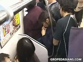 Innocent tenåring famlet til orgasme på tog