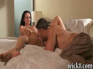 Veľký rack bruneta pornohviezda alektra blue slammed v ju chňapnúť