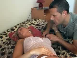 Hun gets knullet mens soving