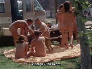 Unclothed cilvēki pie the picnic