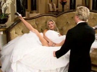 Nevesta v krásne svadba šaty rozširovanie nohy