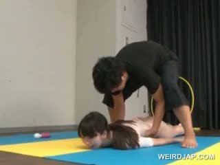 Азіатська gymnast sucks coachs shaft в той час як навчання