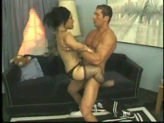 Bridget the גמד מזיין עם a צעיר גבר