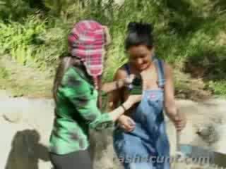 Meisjes giving hoofd voor cash als zij verandering in overalls en zuigen op een lumberjacks wood