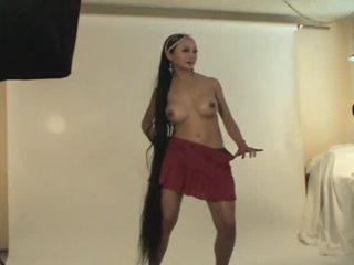 Rondborstig aziatisch meisje dances en rubs haar poesje