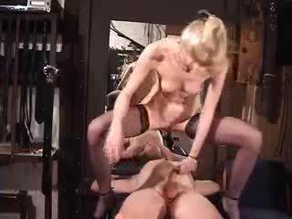 Seksuālā mammīte femdom zelta duša