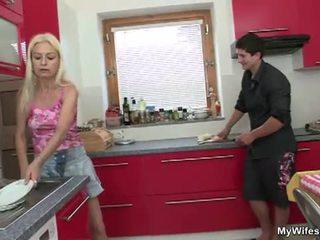 Moeder in wet geneukt door groot piemel in keuken