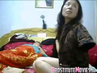 Азиатки двойка горещ тройка с прислужница