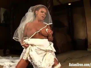 Aziani ủi trưởng thành female bodybuilder rides sybian trong đám cưới váy