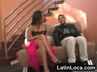 Columbian chica 병아리 엿 에 그만큼 stairs