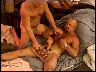 Siksaan alat kelamin pria muscular gay besar gets buah zakar crushed dengan saya vise.