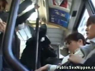 Publicsex asiatisk fingered på den buss