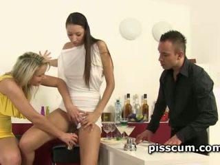 squirting, pissing, urinēt