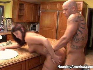 На възраст has thang onto кухня counter