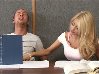 Rammen een geil blondine binnenin klas